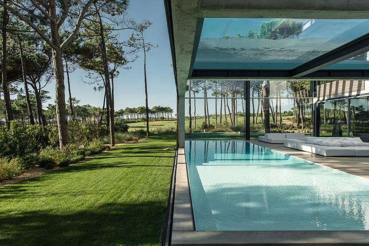 Jardines de estilo  por guedes cruz arquitectos