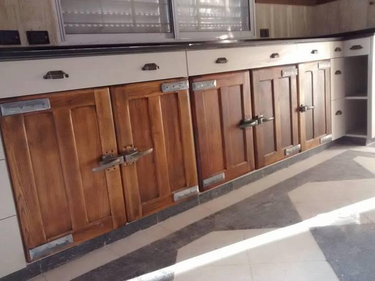 MDF color ceniza con puertas antiguas: Cocinas de estilo  por Las Catalinas,