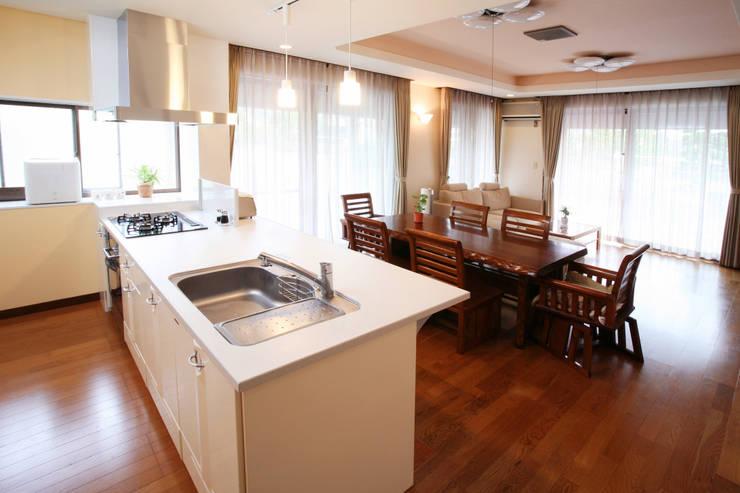 リフォーム 1: 吉田設計+アトリエアジュールが手掛けたキッチンです。