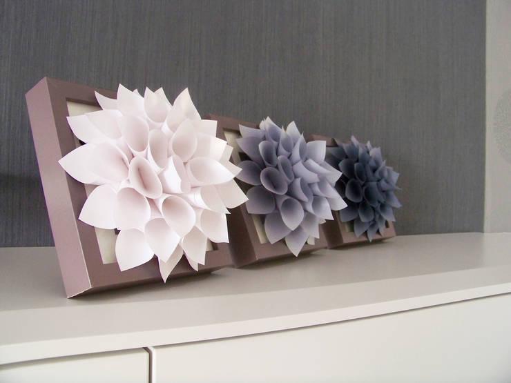 Triptyque de Fleurs Blanc Nacré, Grise Clair/Foncé: Maison de style  par Mushette