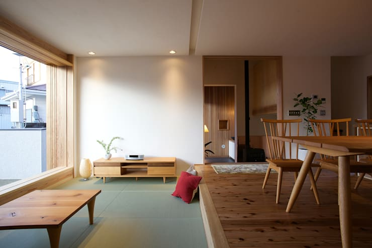 Livings de estilo asiático por 辻健二郎建築設計事務所