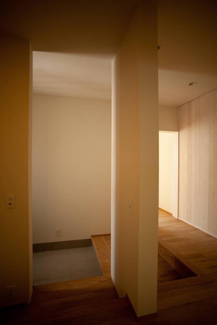 六十谷の家: 辻健二郎建築設計事務所が手掛けた廊下 & 玄関です。