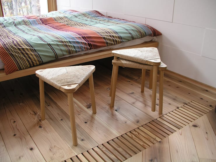 紙座三角: 家具木工 みずき工房が手掛けたリビングルームです。