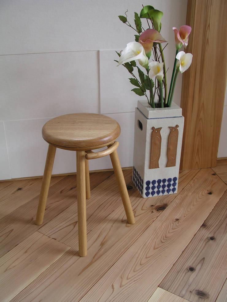 回転スツール: 家具木工 みずき工房が手掛けたリビングルームです。