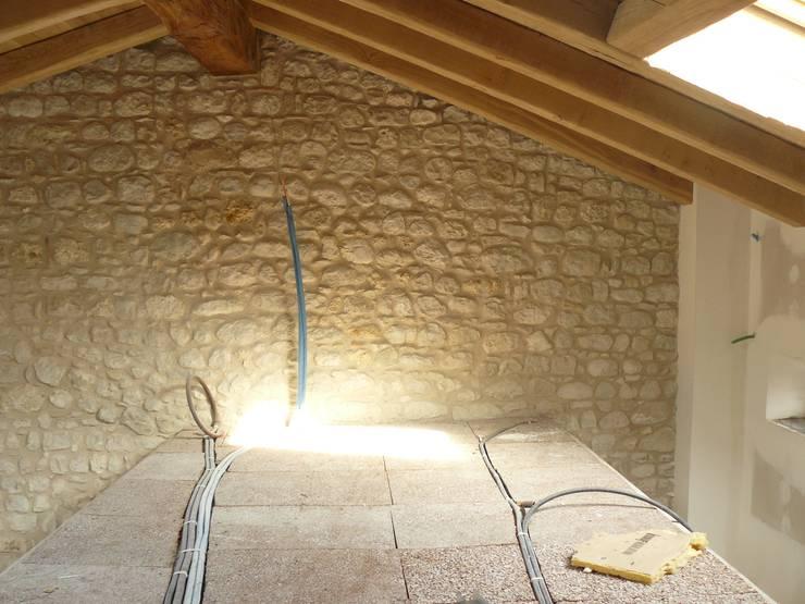 Situazione del soppalco prima dell intervento di Interior design: Casa in stile  di GRAPHOS_DS,