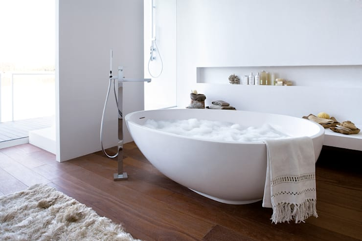 Vov white bathtub: Bagno in stile  di Mastella Design