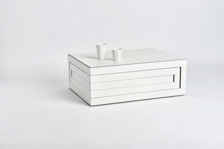 witte salontafel:   door Reinier de Jong Design, Minimalistisch Synthetisch Bruin