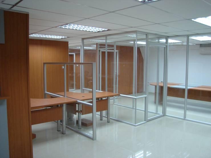 مكاتب ومحلات تنفيذ Forma y Espacio Arquitectos Constructores CA , حداثي ألمنيوم/ زنك