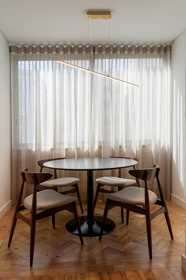 Escritório - mesa e cadeiras: Escritório  por Home Staging Factory