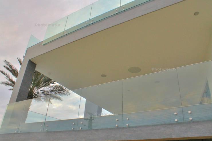 Casa do Lago: Casas  por Isabella Dalfovo Arquitetura , Interiores e  Construção,