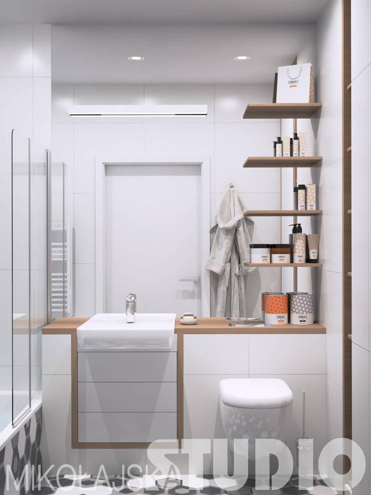 funkcjonalna łazienka w małym mieszkaniu: styl , w kategorii  zaprojektowany przez MIKOŁAJSKAstudio