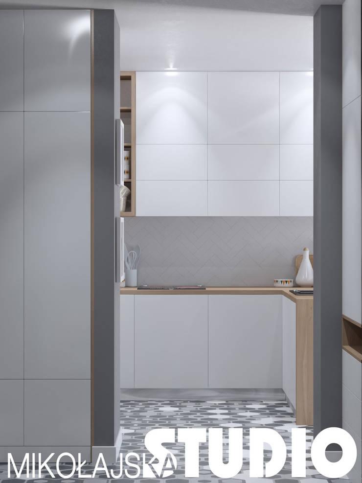jak urządzić mała kuchnię: styl , w kategorii  zaprojektowany przez MIKOŁAJSKAstudio
