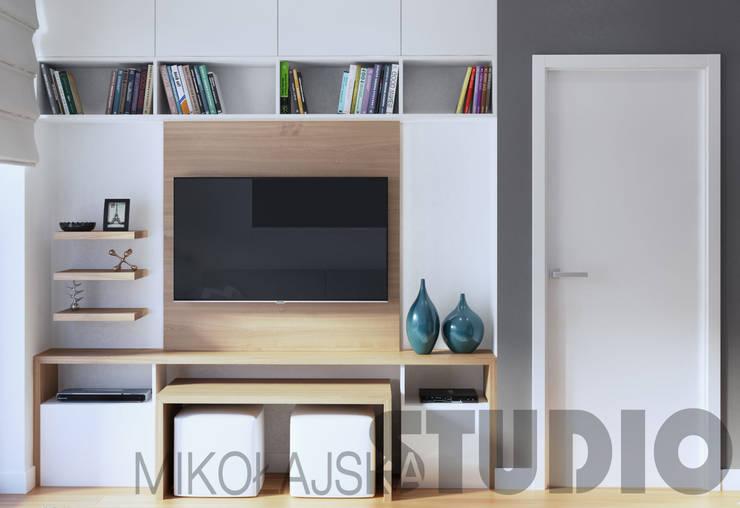 ściana z telewizorem: styl , w kategorii  zaprojektowany przez MIKOŁAJSKAstudio