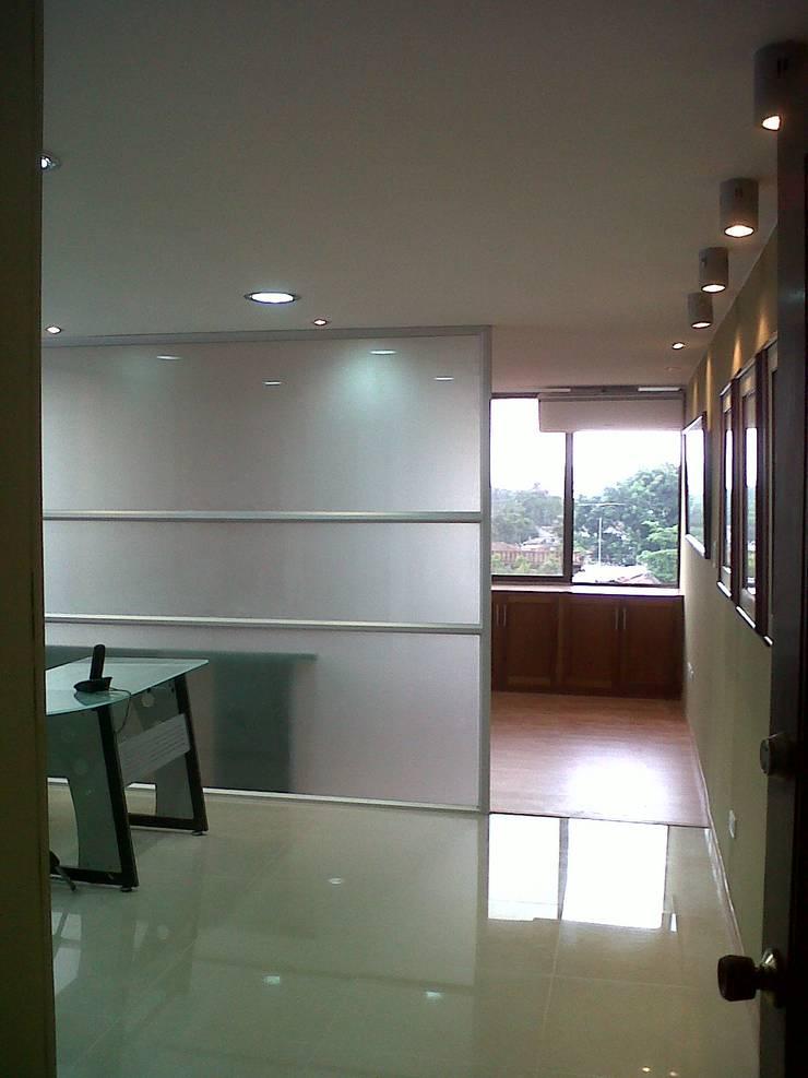 OFICINAS SIERRA HERRERA & CIA ABOGADOS :  de estilo  por ARQUITECTONI-K Diseño + Construcción SAS