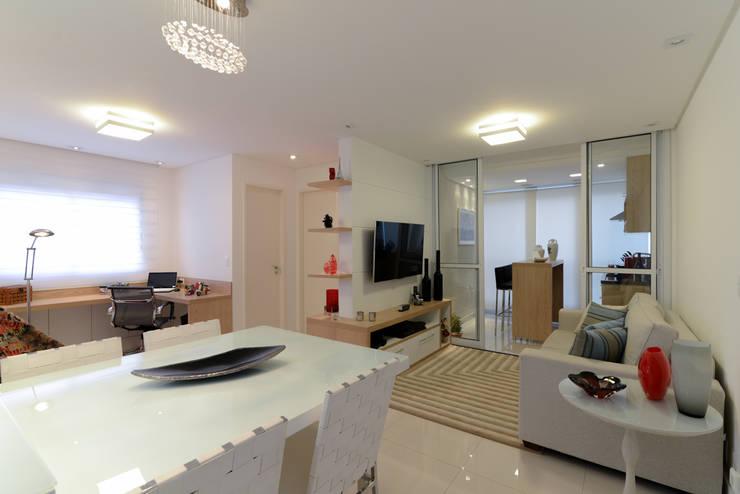 غرفة المعيشة تنفيذ RAFAEL SARDINHA ARQUITETURA E INTERIORES, حداثي