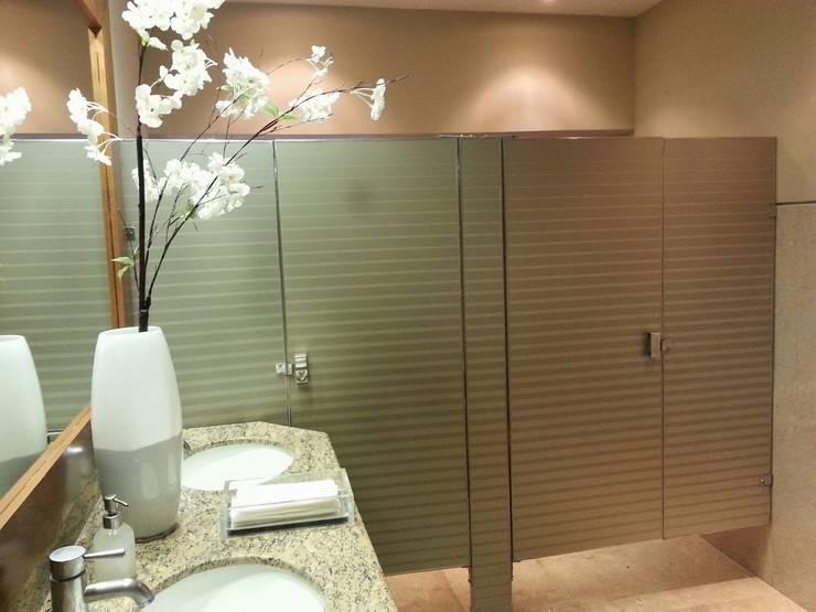 Baños Antaris: Baños de estilo  por Liferoom