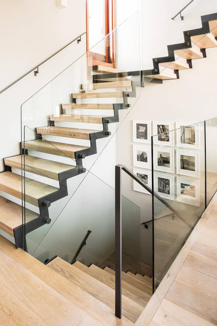 Casa em Sao Francisco: Corredor, hall e escadas  por Antonio Martins Interior Design Inc
