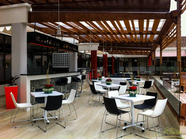 Terraza – Bar Serrezuela Country Club: Bares y discotecas de estilo  por Esbozo Taller de Arquitectura SAS, Moderno Madera Acabado en madera
