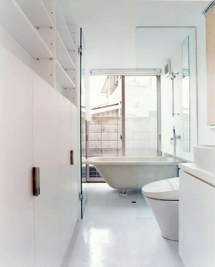 小金井の家: hamanakadesignstudioが手掛けた浴室です。,
