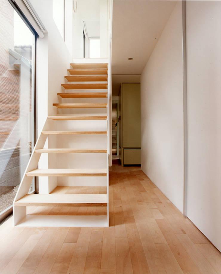 小金井の家: hamanakadesignstudioが手掛けた廊下 & 玄関です。,