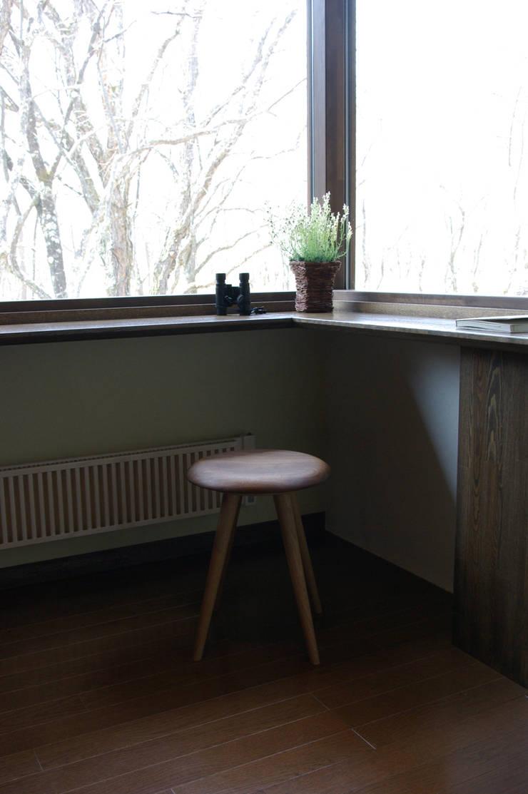 クラゲ・スツール: 家具木工 みずき工房が手掛けたリビングルームです。