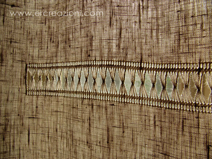 Tenda in lino ecru ricamata a mano ad ajour: Casa in stile  di ERcreazioni - Eleonora Rossetti Creazioni