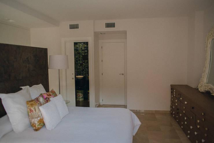 koloniale Schlafzimmer von JUANCHO GONZALEZ