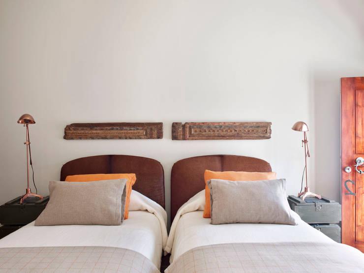 rustic Bedroom by SA&V - SAARANHA&VASCONCELOS