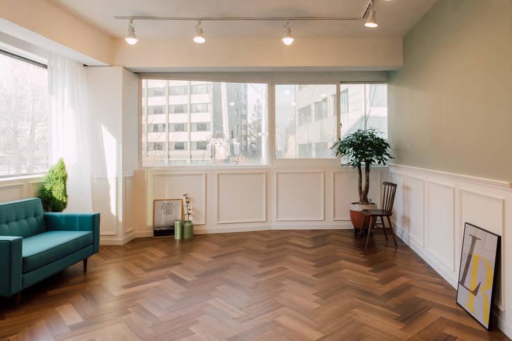 Living room by 바라다봄 스튜디오, Scandinavian