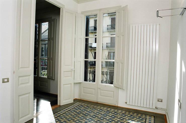 Piso Calle Diputació de Barcelona: Dormitorios de estilo ecléctico de 4+1 arquitectes
