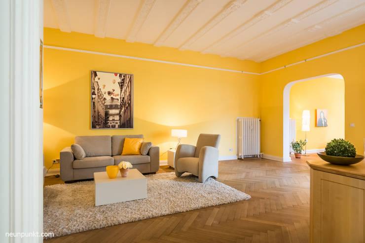 Home Staging einer Eigentumswohnung: moderne Wohnzimmer von MK ImmoPromotion