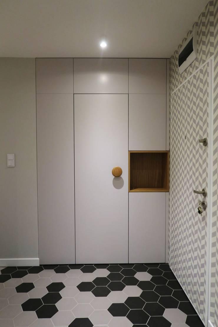 Szafa wnękowa do przedpokoju lakierowana: styl , w kategorii Korytarz, hol i schody zaprojektowany przez Szafawawa