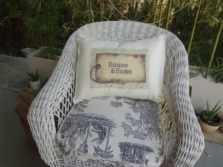 Almohadones linea vintage en lienzo 50x40.: Jardines de estilo  por Lola Eme Deco