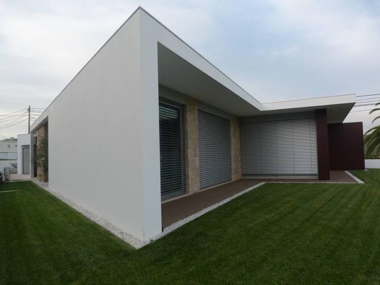 Moradia em Oliveira de Azeméis: Casas  por Paulo Valente lda