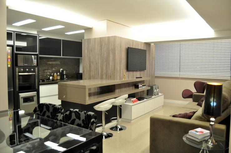 Ruang Keluarga Modern Oleh ROBERTA FANTON ARQUITETURA INTEGRADA Modern