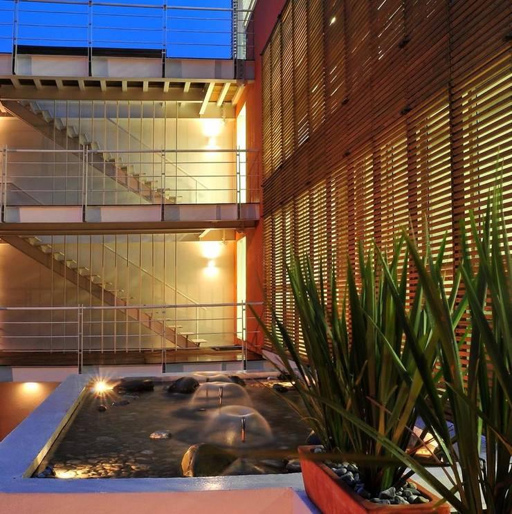 -: Casas de estilo  por PAUTA CREATIVA