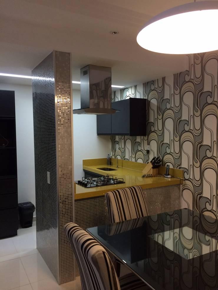 Sala com cozinha gourmet: Salas de estar  por Verônica Oliveira,