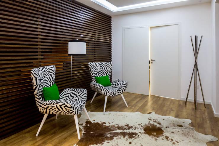 Couloir et hall d'entrée de style  par Cássia Lignéa
