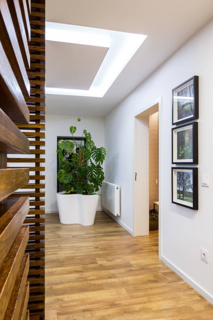 O hall da Catarina: Corredor, hall e escadas  por Cássia Lignéa