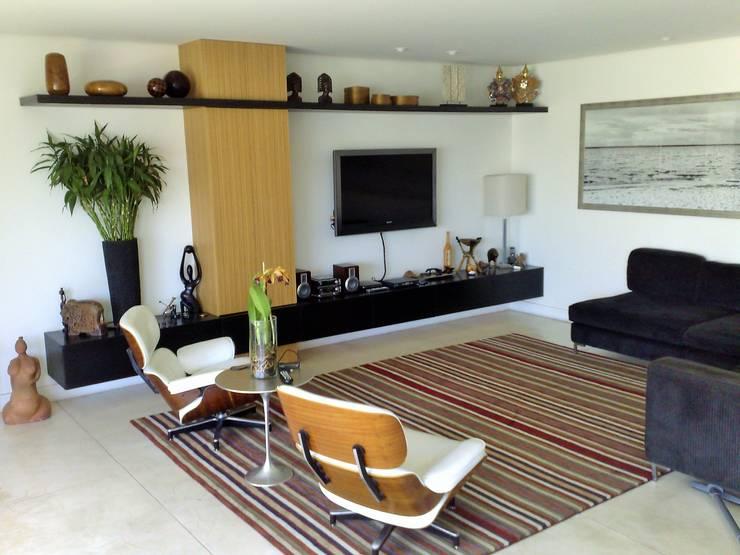 Casa nas alturas: Salas de estar  por Luciani e Associados Arquitetura