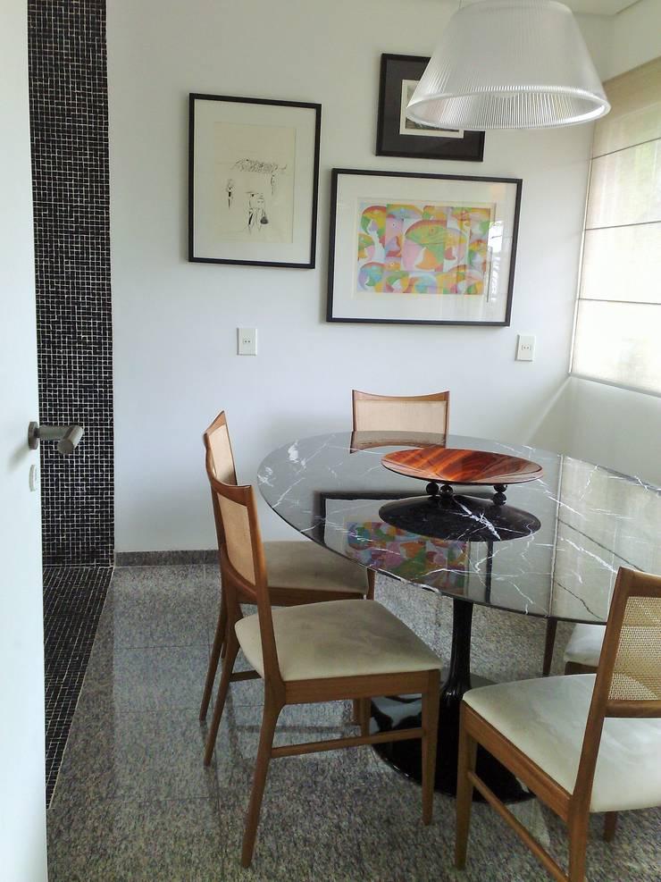 Casa nas alturas: Salas de jantar  por Luciani e Associados Arquitetura
