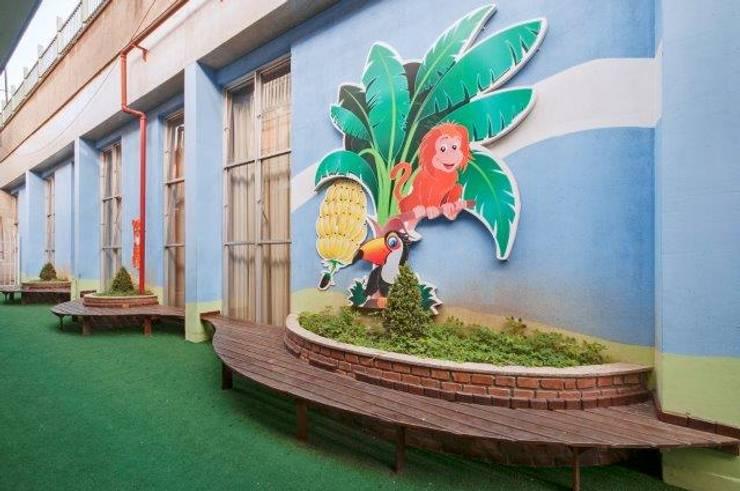 Colégio São José : Escolas  por DecorArquitetura - Luciana Corrêa e Elaine Delegredo,