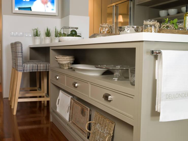 Península con cajones y zonas abiertas: Cocinas de estilo  de DEULONDER arquitectura domestica