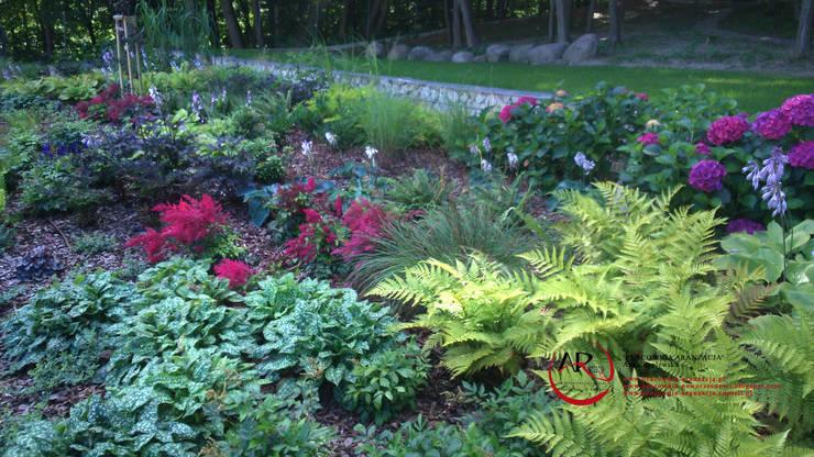 ogród na skarpie przy lesie: styl , w kategorii  zaprojektowany przez PRACOWNIA ARANŻACJA ANNA RYPLEWSKA