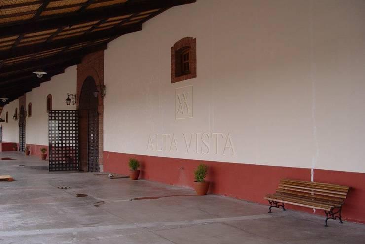 Bodega en Chacras de Coria: Centros de exposiciones de estilo  por Vilder SA