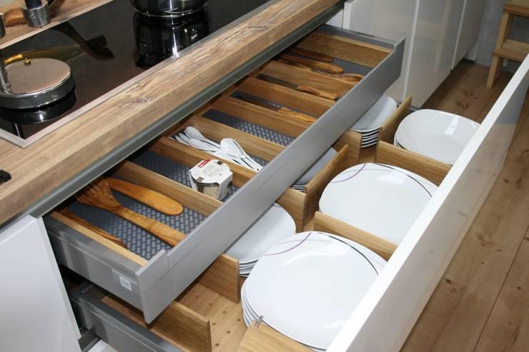 Besteck- Tellereinsatz aus Eiche: moderne Küche von Ihre Holzmanufaktur