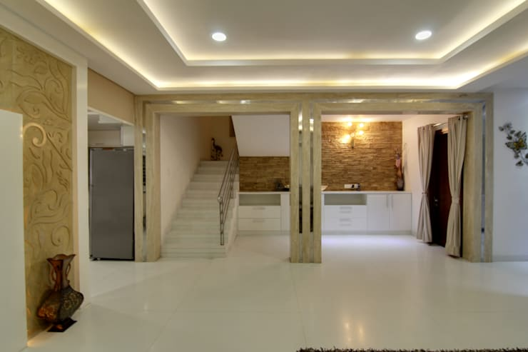 Lobby:  Corridor & hallway by KREATIVE HOUSE