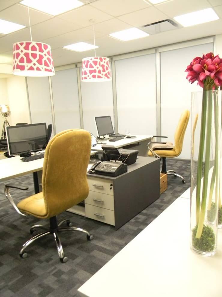 Oficina Director: Oficinas y Tiendas de estilo  por Valeria Pires Interiorismo,