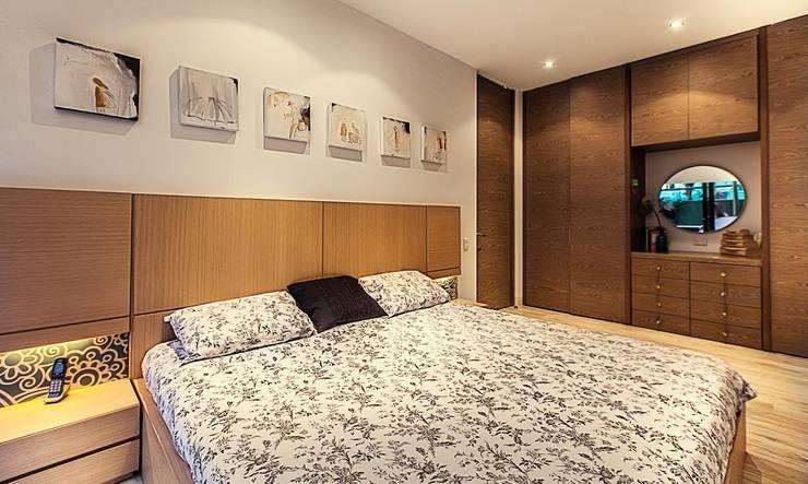 Cama habitación principal:  de estilo  por Cristina Cortés Diseño y Decoración , Moderno Madera Acabado en madera