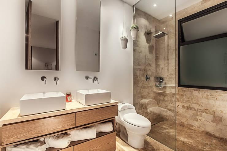 Baño principal: Baños de estilo  por Cristina Cortés Diseño y Decoración